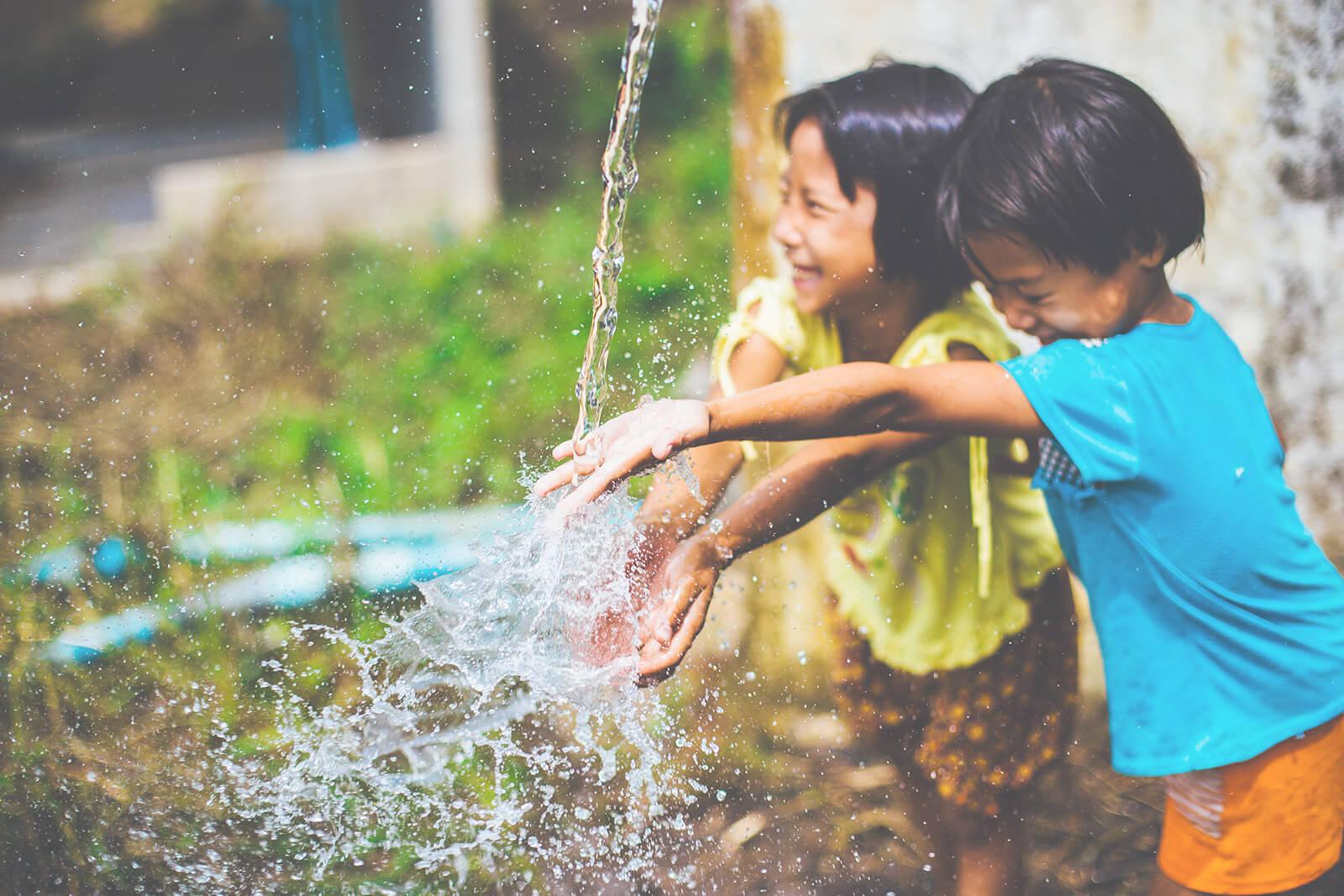 https://www.trimakasi.es/wp-content/uploads/revslider/children-water.jpg